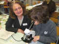 Unsere Kollegin Birgit Ziellenbach beim Schnupperunterricht NaWi