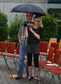 Frau Micek filmt auch im Regen weiter