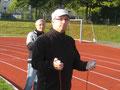 Herr Becker und Frau Müller-Vietinghoff hochkonzentriert - gleich kommen die Läufer ins Ziel