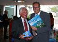Manfred Däuwel überreicht ein Präsent an Joachim Paul