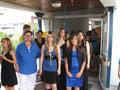 """Die Projektgruppe """"Blaue Modenschau"""" kurz vor ihrem Gang auf den Catwalk"""