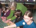 Kunstlehrerin Monika Follenius beim Schnupperunterricht Bildende Kunst