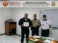 El Prof. Moniz y el Cmsrio. Bastardo hacen entrega del certificado e insignia metálica al Sr. Gabriel D´Andrea, Director del Instituto de Prevención y Protección Ciudadana.