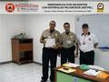 El Prof. Moniz y el Cmsrio. Bastardo hacen entrega del certificado e insignia metálica al Inspector Jefe Ulises Ferrer, Jefe de la División de Patrullaje Escolar.