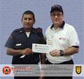 El Prof. José Moniz hace entrega del premio al ganador de la rifa, el Bombero Alis Alfredo Solano Archa del Cuerpo de Bomberos de Calabozo, estado Guárico.