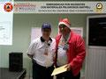 El Prof. José Moniz hace entrega del certificado e insignia metálica al TSU. Giovanny Rodríguez.