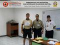 El Prof. Moniz y el Cmsrio. Bastardo hacen entrega del certificado e insignia metálica al Inspector Raúl López, Adjunto a la Brigada Ciclística.