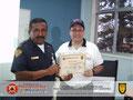 El Prof. José Moniz hace entrega de Certificado al Stte. (B) Alis Alfredo Solano, Comandante General del Cuerpo de Bomberos de Calabozo, estado Guárico.