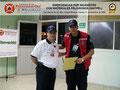 El Prof. José Moniz hace entrega del certificado e insignia metálica al Ing. Manuel Andrade, Director de Operaciones y Fuerza de Tarea de Protección Civil y Administración de Desastres del Estado Guárico.
