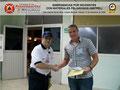 El Prof. José Moniz hace entrega del certificado e insignia metálica al TSU. Gilberto Noriega, Analista Junior en Seguridad Laboral de la empresa SIGO, S.A. Porlamar, estado Nueva Esparta.