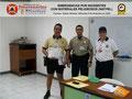 El Prof. Moniz y el Cmsrio. Bastardo hacen entrega del certificado e insignia metálica al Inspector Jefe Jesús Pérez, Jefe de la Brigada Ciclística.