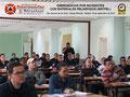 Vista general del lateral izquierdo del aula de clases con los participantes.