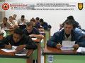 Detalle del área central del aula con los participantes elaborando el Instrumento de Evaluación del Instructor y del Curso.