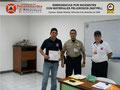 El Prof. Moniz y el Cmsrio. Bastardo hacen entrega del certificado e insignia metálica al Sr. Luis González, Jefe de la División de Operaciones del Instituto de Prevención y Protección Ciudadana.