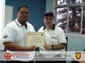 El Prof. José Moniz hace entrega de Certificado al TEM. Erick González, Director de Protección Civil y Administración de Desastres del Municipio Antolin del Campo, estado Nueva Esparta