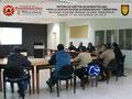Toma general de los participantes e instructor dentro del aula de clases.