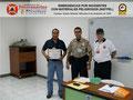 El Prof. Moniz y el Cmsrio. Bastardo hacen entrega del certificado e insignia metálica al Sr. Lewis Sanabria, Jefe de la División de Riesgos del Instituto de Prevención y Protección Ciudadana.
