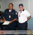 El Prof. José Moniz hace entrega del certificado e insignia metálica al Stte. (B) José Pastrano, Segundo Comandante del Cuerpo de Bomberos de Carúpano.