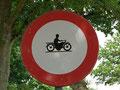 Schild bei Neeroeteren (B) (Moppedfahrer wurde einfach aufgeklebt!)