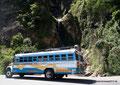 Guatemala_Westen_Lago de Atitlán_Wieder ein Hühnerbus