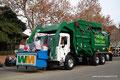 USA_Kalifornien_Solvang_Weihnachtsumzug_Müllwagen in der Parade
