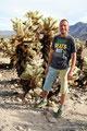 USA_Kalifornien_Joshua Tree NP_Stefan im Cholla Cactus Garden