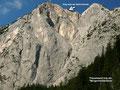 """Trisselwand von der """"Bürgermeisterbank"""". Nahe des Abbruchs verläuft der Weg links zum Gipfelkreuz des Trisselbergs."""
