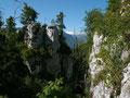 Breite Kluft, durch die der Aufstieg erfolgt,  mit Sicht auf den Dachstein