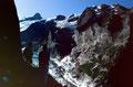 Blick vom Steig zur Glecksteinhütte zur gegenüberliegenden Bergflanke über dem Oberen Grindelwaldgletscher