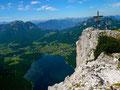 Beim Gipfelkreuz des Trisselbergs. Tiefblick auf den Altausseersee.