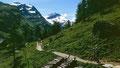 Wanderweg auf der rechten Talseite. Hinten die den Talschluss umrahmenden Gletscherberge