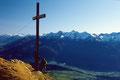Gipfelkreuz der Wankspitze gegen Ötztaler Alpen