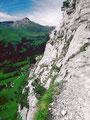 Das Foto zeigt die Ausgesetztheit des Steigs zur Glecksteinhütte. Trittsicherheit und Schwindelfreiheit erforderlich. Der Steig ist in der Wetterhornflanke nahezu durchgängig mit Drahtseilen gesichert.