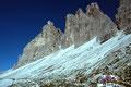 Viele Wanderer sind auf dem Weg zur Lavaredohütte unter den Südabstürzen der Drei Zinnen unterwegs.