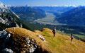 Das obere Inntal  bis in die Innsbrucker Gegend von der 2.200 m hohen Wankspitze. Hinten links das Karwendel mit der zum Inntal abfallenden Martinswand. Recht der Bildmitte hinten die schneebedeckten Zillertaler Alpen.