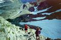 Aufstieg durch Schneefelder und felsiges Gelände zur Passhöhe