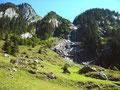 Schroffe Abhänge, Schluchten und kaskadierene Bäche auf  linken Talseite zwischen Ahornspitze und Grundschartner.