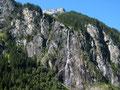 Der mächtige Wasserfall über dem Blasenwald am Stillupspeicher