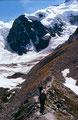 Auf der westlichen Seitenmoräne zur Bovalhütte unterwegs. Hinten Piz Bernina