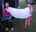 Emma und Mariella helfen beim Einräumen der Turniersachen...