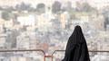 Civilisation. Une femme pose pour son mari à la Citadelle d'Amman