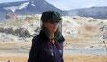 Elle se protége des moucherons près des marmites de Namaskard, Islande