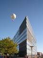 Bürohaus mit Ballon