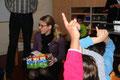 Frau Spieske, Frau Greive vom Steigenberger Hotel Treudelberg verteilen zusammen mit Herrn Creydt, von der Kita Sonnengarten, die Geschenke.