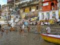 Quel calme se cache sous les cendres des renonçants au bord du Gange ?