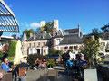 Un p'tit café au soleil et pointage des cartons BCN au pied de l'abbaye de Jumièges