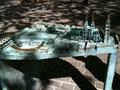 la maquette installée au pied de la cathédrale sous un arbre de la grande place.