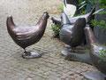 Betonfiguren-Gartenfiguren-Hühner-bronzefarben
