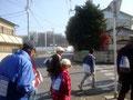 工事中の雀宮駅前を通過