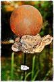 Gartenstecker mit Rostkugel und Treibholz